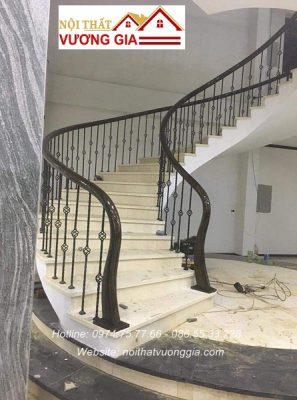 Cầu thang sắt tay vịn gỗ tại hà nội nội thất vương gia