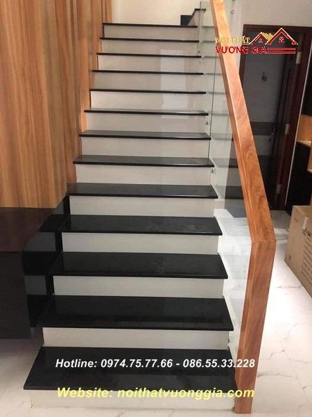 cầu thang tay vịn gỗ vuông
