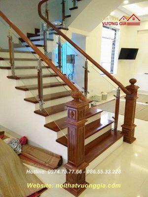 Cầu thang kính chân cao nẹp gỗ