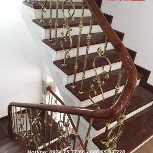 Cầu thang sắt tay vịn gỗ tại Tam Dương Vĩnh Phúc