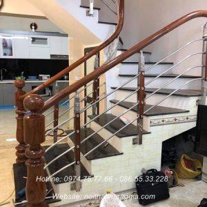 cầu thang inox tay vịn gỗ tại cầu giấy hà nội nội thất vương gia