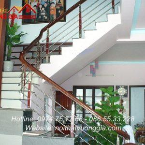 cầu thang inox tay vịn gỗ tại sơn tây