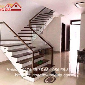 Cầu thang kính cường lực tại Cao Phong Hòa Bình