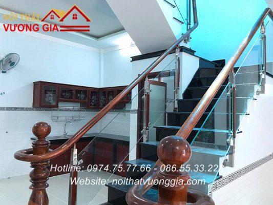 cầu thang kính tay vịn gỗ tại vĩnh tường vĩnh phúc đẹp
