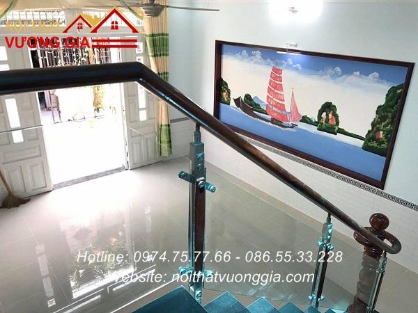 Cầu thang kính tay vịn gỗ tại Vĩnh Tường Vĩnh Phúc đẹp mê ly