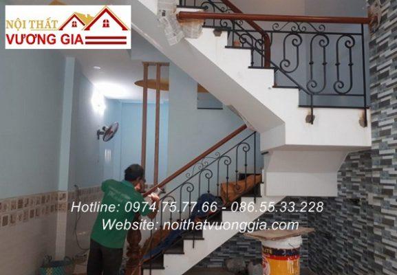 Báo giá cầu thang sắt tay vịn gỗ tại Hòa Bình