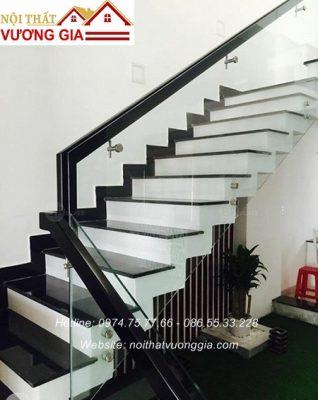 Cầu thang kính tay vịn màu đen