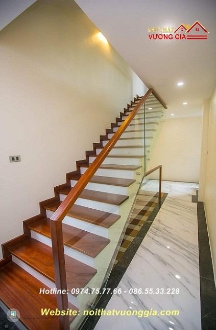 Cầu thang kính tay vịn gỗ tại Đông Anh Hà Nội