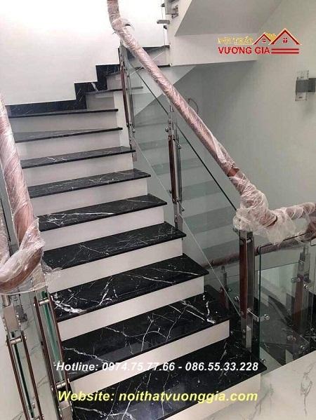 Cầu thang kính tay vịn gỗ tại Đan Phượng Hà Nội