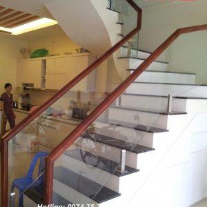 Cầu thang kính tay vịn gỗ tại Hoài Đức Hà Nội