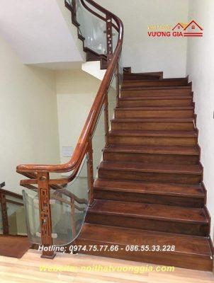 Cầu thang kính tay vịn gỗ tại Tây Hồ Hà Nội