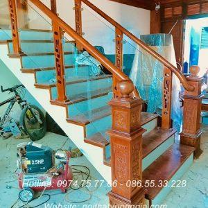 Cầu thang kính tay vịn gỗ tại Vĩnh Phúc