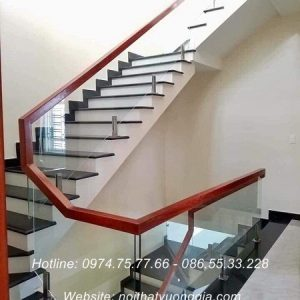 Cầu thang kính tay vịn gỗ tại Hòa Bình