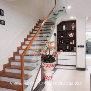 Cầu thang kính tay vịn gỗ tại Phú Thọ