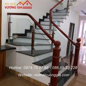 cầu thang kính ay vịn gỗ tại sơn tây hà nội