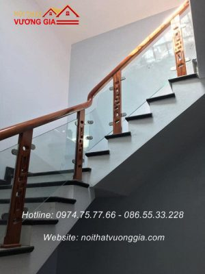 Cầu thang kính tay vịn gỗ tại Ba Vì Hà Nội