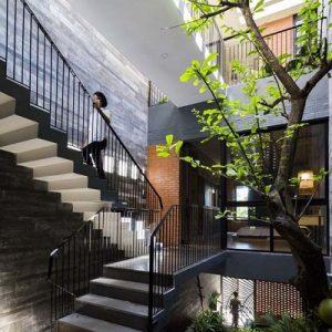 Cầu thang sắt tay vịn gỗ tại Bình Xuên Vĩnh Phúc