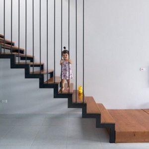 Cầu thang sắt tay vịn gỗ tại Phúc Yên Vĩnh Phúc