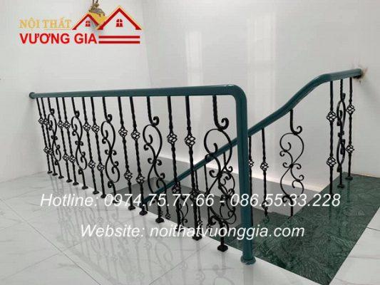 Cầu thang sắt tay vịn gỗ tại Hạ Hòa Phú Thọ