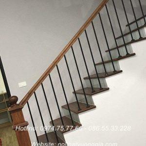Cầu thang sắt tay vịn gỗ tại Lâm Thao Phú Thọ
