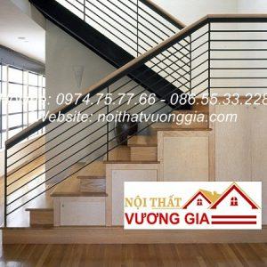 Cầu thang sắt tay vịn gỗ tại Long Biên Hà Nội