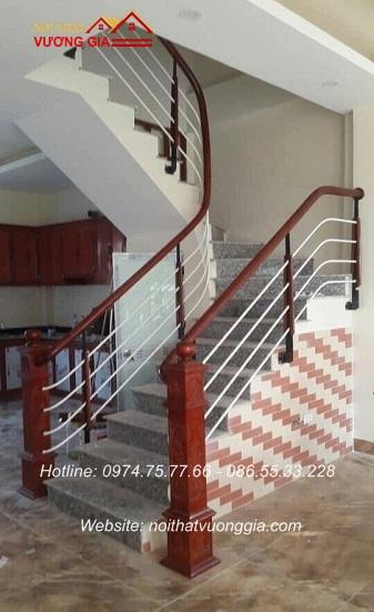 Cầu thang sắt tay vịn gỗ tại Yên Lạc Vĩnh Phúc