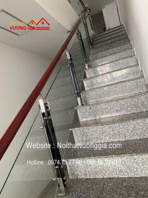 Cầu thang kính hay cầu thang gỗ rẻ hơn