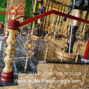 cầu thang nhôm đúc mạ vàng tay vịn gỗ